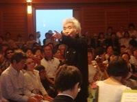 観客に語りかける小澤征爾さん